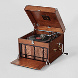 A PORTABLE VINTAGE GRAMOPHONE, HMV -    - Travel and Leisure Auction