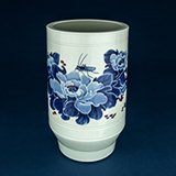 CHINESE PORCELAIN VASE WITH TAPERED FOOT -    - Asian Art