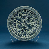 A BLUE AND WHITE PORCELAIN PLATE -    - Asian Art