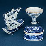 SET OF THREE BLUE AND WHITE PORCELAIN ASSORTED PIECES -    - Asian Art